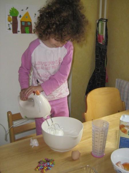 Andréa prépare les gâteaux fantômes