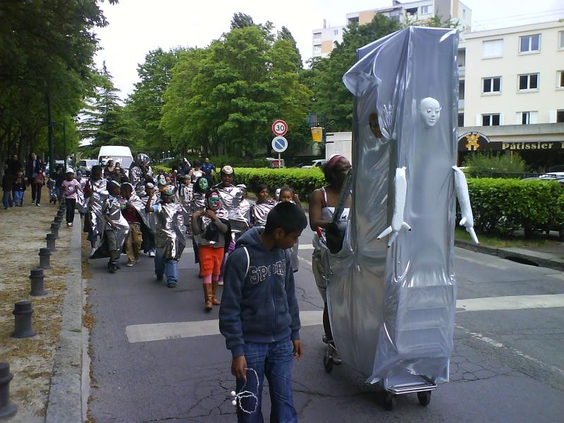 carnavalecondeauxepinaysurseinemai201011.jpg