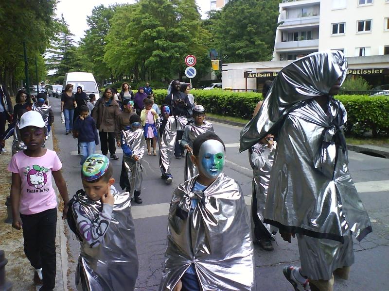 carnavalecondeauxepinaysurseinemai201013.jpg