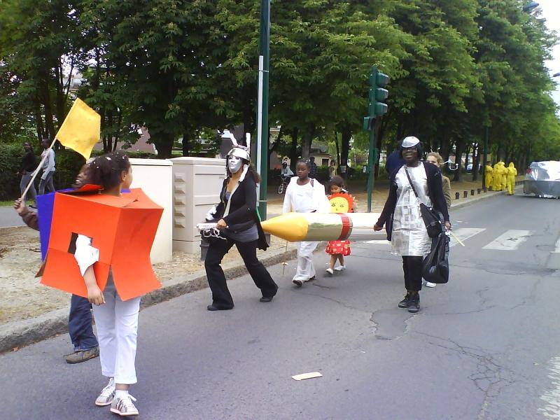 carnavalecondeauxepinaysurseinemai20106.jpg